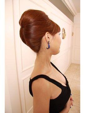 結婚式の髪型で定番の夜会巻きを特集。着物・和装でもドレスでもエレガンスな印象を与えられる夜会巻きのヘアアレンジ画像と美容院をご紹介。  他にも、ハーフアップや