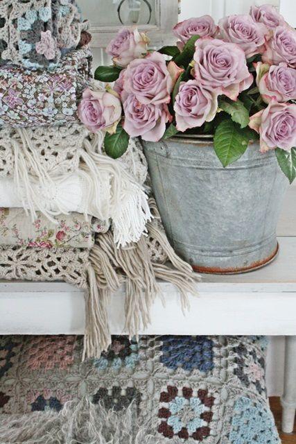 Takket være disse herlige rosene har litt tekstiler av det vårlige slaget tatt turen ned fra loftet...deilig å omgi seg med slike farger...