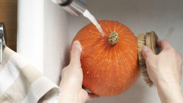 Wenn Sie den Kürbis mit Schale verarbeiten möchten, muss er vorher gründlich gewaschen werden. (Quelle: imago/Westend61)