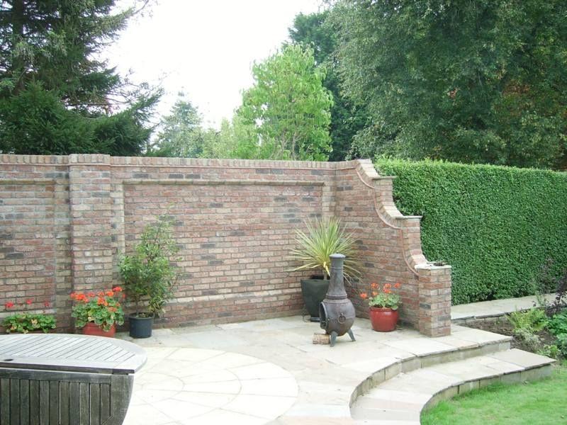 eine gartenmauer im romantischen look und mit trennwand akzent, Gartenarbeit ideen