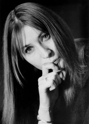 """Helga Feddersen (* 14. März 1930 in Hamburg; † 24. November 1990 ebenda) war eine deutsche Schauspielerin, Autorin und Sängerin. Die Hamburger Volksschauspielerin war auf die Rolle der naiven, liebenswerten """"Ulknudel"""" abonniert, vor allem seit 1955, als sie infolge einer Operation eine Fazialisparese erlitt."""