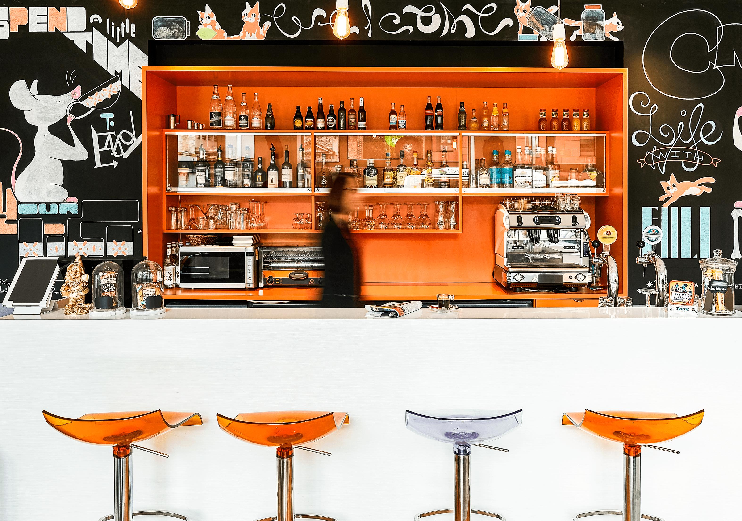 Orange Moderne Et Mobilier Design Decouvrez Et Faites Une Pause Dans Le Bar De L Hotel Ibis Styles Lille Centre Grand Place Lille Places Centre