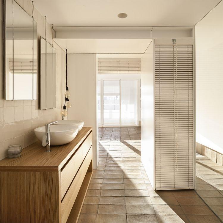 Badezimmmer mit Terracotta Boden und Waschunterschrank aus Nussbaumholz