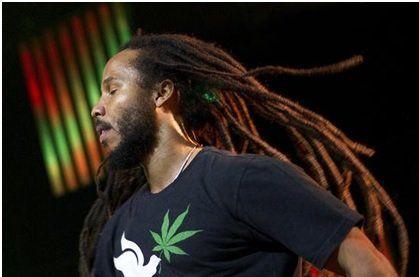 """Você sabia que Ziggy Marley também é um corredor ? O cantor, que começou a praticar corrida com o pai na Jamaica, também é fã de sair correndo por aí. """"A corrida me inspira. Músicas vêm até mim. É uma atividade que me abre a mente"""", é assim que Ziggy define o esporte. E ele...<br /><a class=""""more-link"""" href=""""https://catracalivre.com.br/geral/agenda/indicacao/do-reggae-a-rua-conheca-a-influencia-do-esporte-na-vida-de-ziggy-marley/"""">Continue lendo »</a>"""