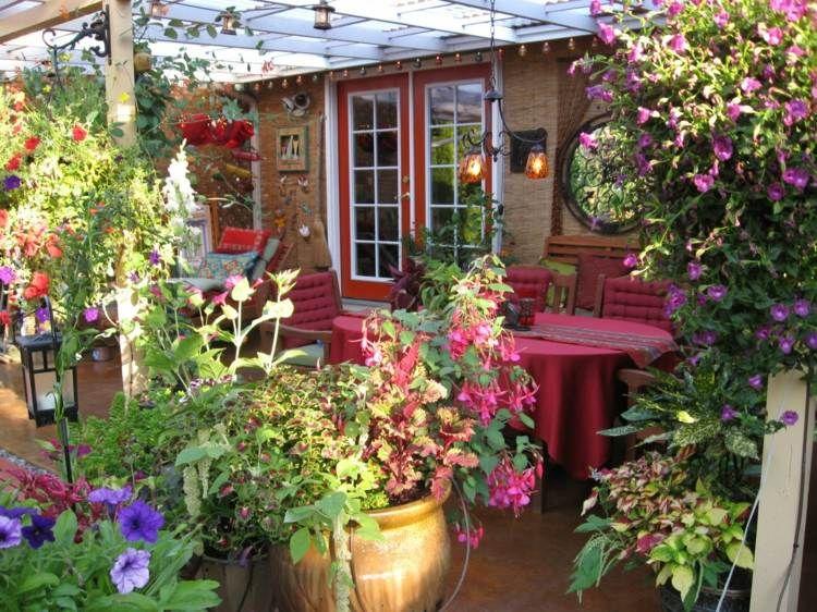 Diese kleine Garten Terrasse ist von bunten Blumen ungeben und hat - schoner garten mit wenig geld