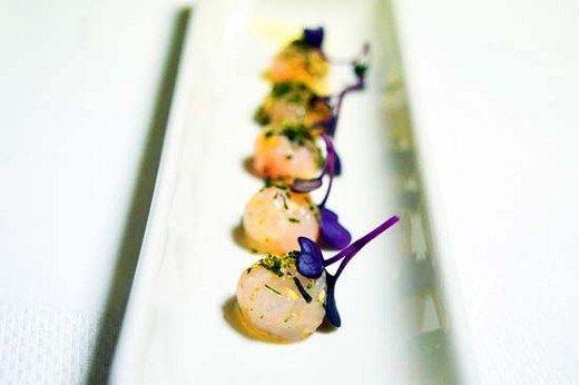 Sfere di battuto di scampo reale di Mazara al tè verde Gyokuro - Food Design