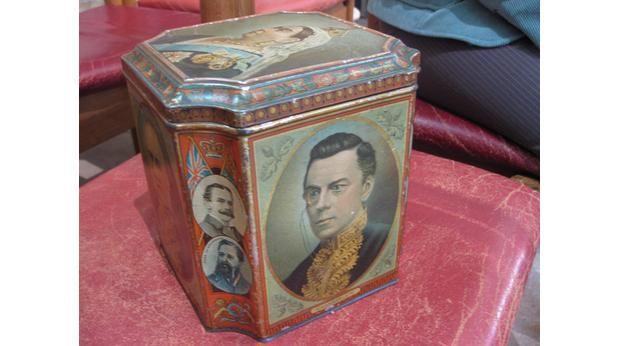 lata que conmemora el reinado de Victoria y muestra todos los Primeros Ministros ingleses.