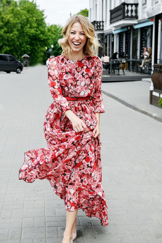 77609099917c084 фотосессия девушек уличная фотосессия длинное платье фотосессия в длинном платье  красное платье улыбка улыбающаяся девушка
