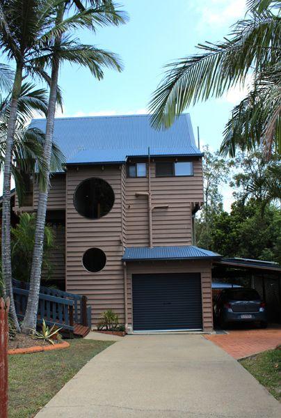 Treehouse in Australien - Stilmix unter Palmen: Das Treehouse hat den maritimen Look zitierende Bullaugen, kommt in modernem Design daher und ist doch ein klassisches Baumhaus. Da muss man schon den weiten Weg nach Australien auf sich nehmen, um so eine Rarität zu entdecken.