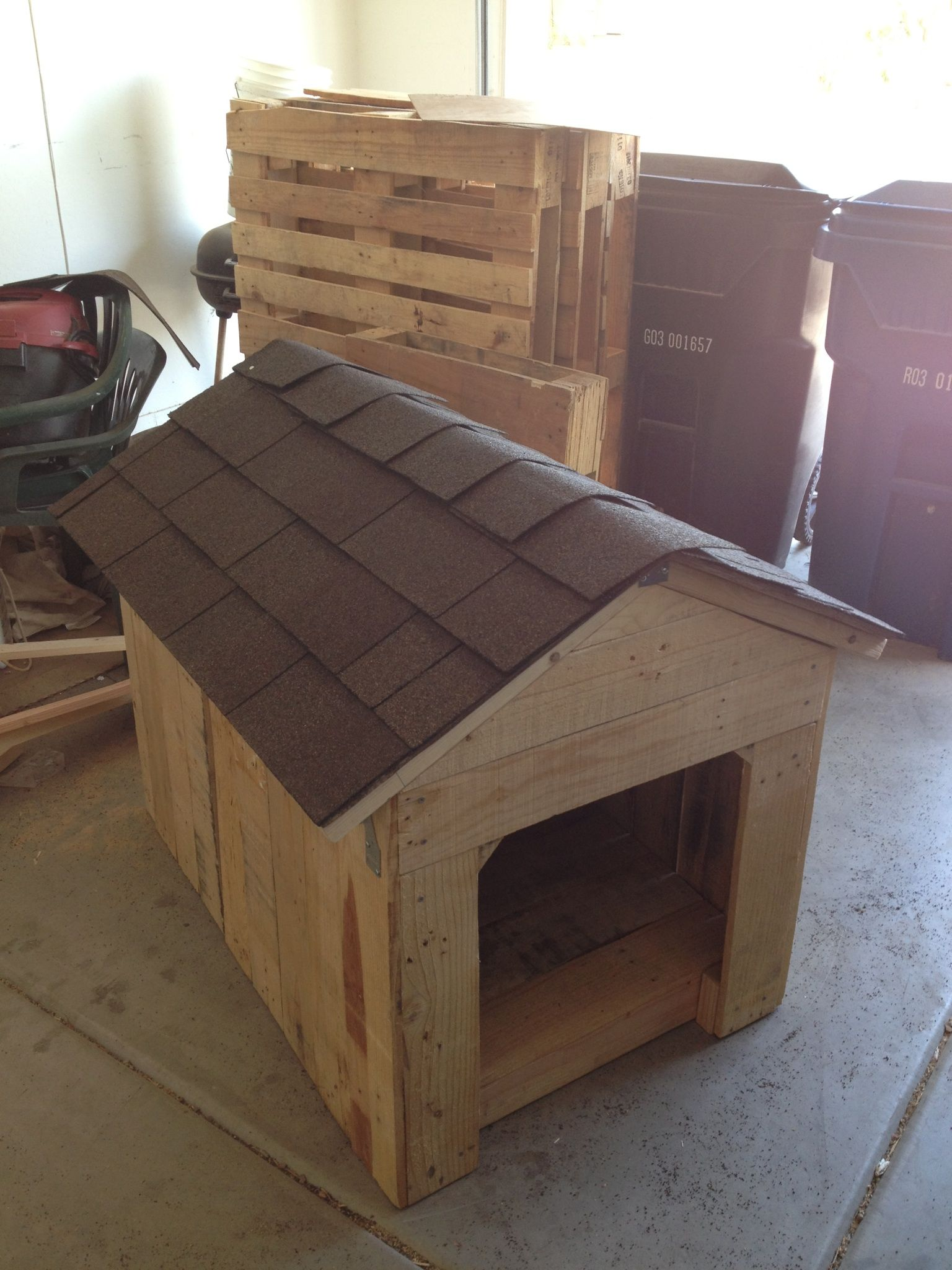 Doghouse made with pallet wood. | Dog house diy, Outdoor ...