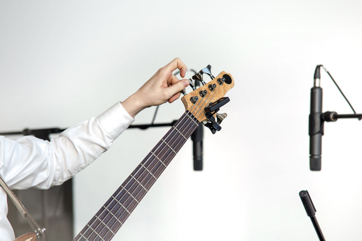 how to tune an electric guitar with a digital tuner