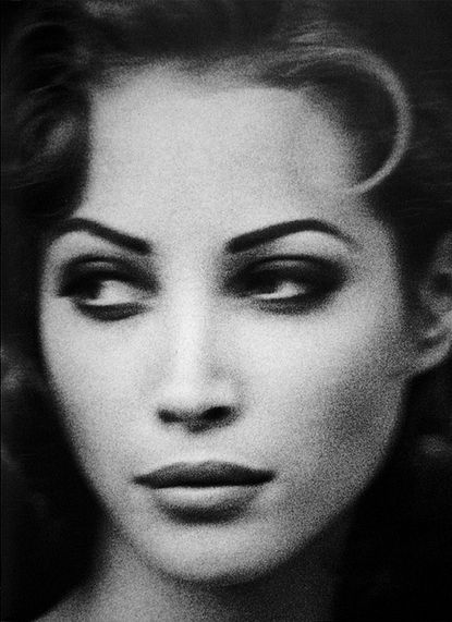 Notice how her shadow on her semi-hooded lids is done. // Christy Turlington by Arthur Elgort | Baubauhaus.