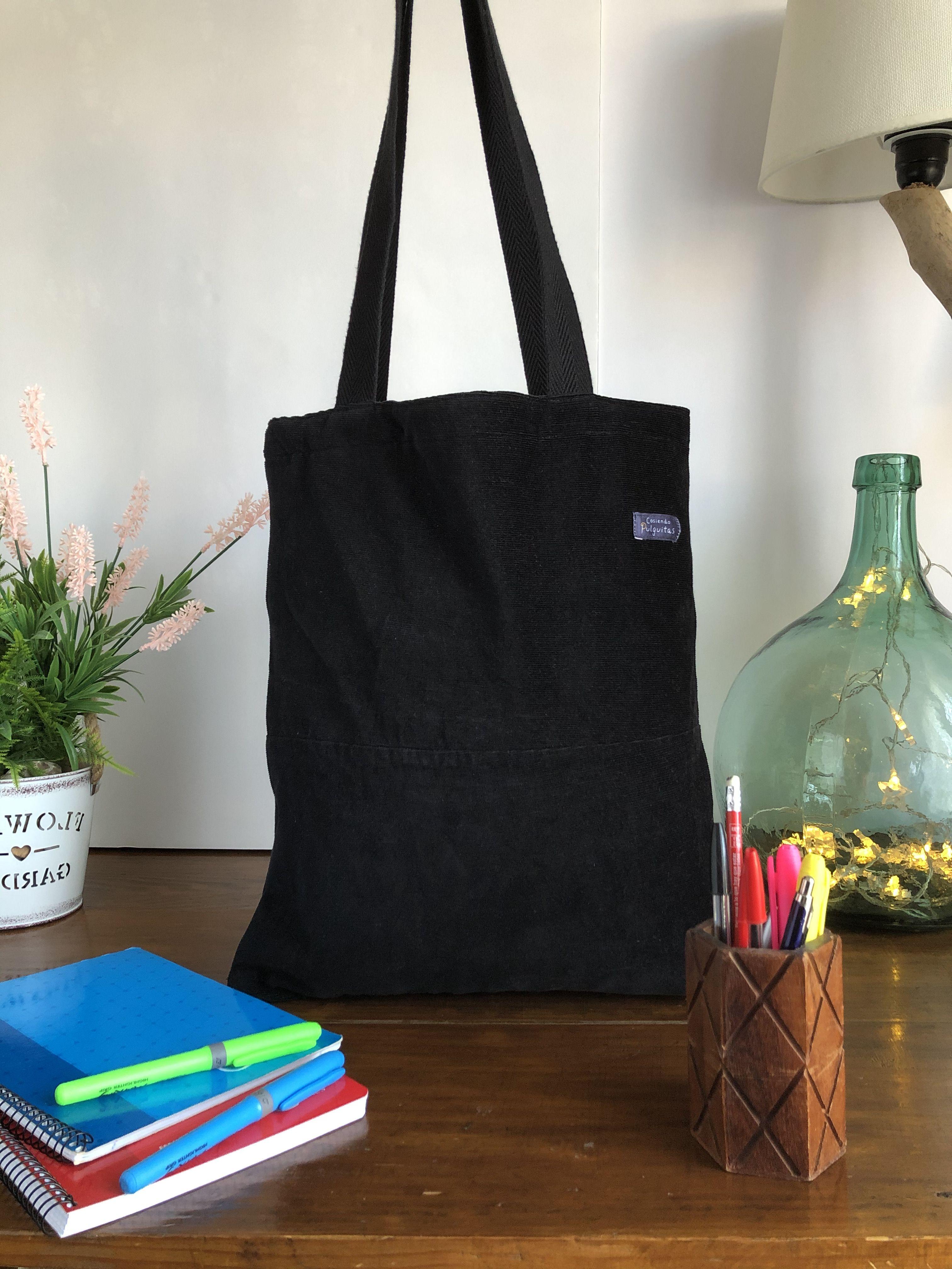 Esta bolsa es la nueva vida de un pantalón de pana negro, que fue cuidadosamente elegido, y que lo hemos reciclado para creer esta bolsa tote. Es una bolsa ecológica pues está hecha con un pantalón de pana negro reciclado. Es una bolsa sin residuos. #totebag #corduroybag #bolsopana #recycledbag #autumbag #bolsootoño #etsy #etsyshop #bolsoecologico #ecobag #modasostenible #sustainablefashion #winterbag