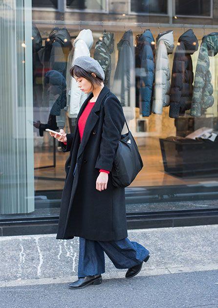 赤ニット×デニムパンツが好相性の 洗練されたカジュアルスタイル  Outer : used Tops : UNIQLO Bottoms : JOHNLAWRENCESULLIVAN Shoes : LOWRYS FARM Bag : PRADA