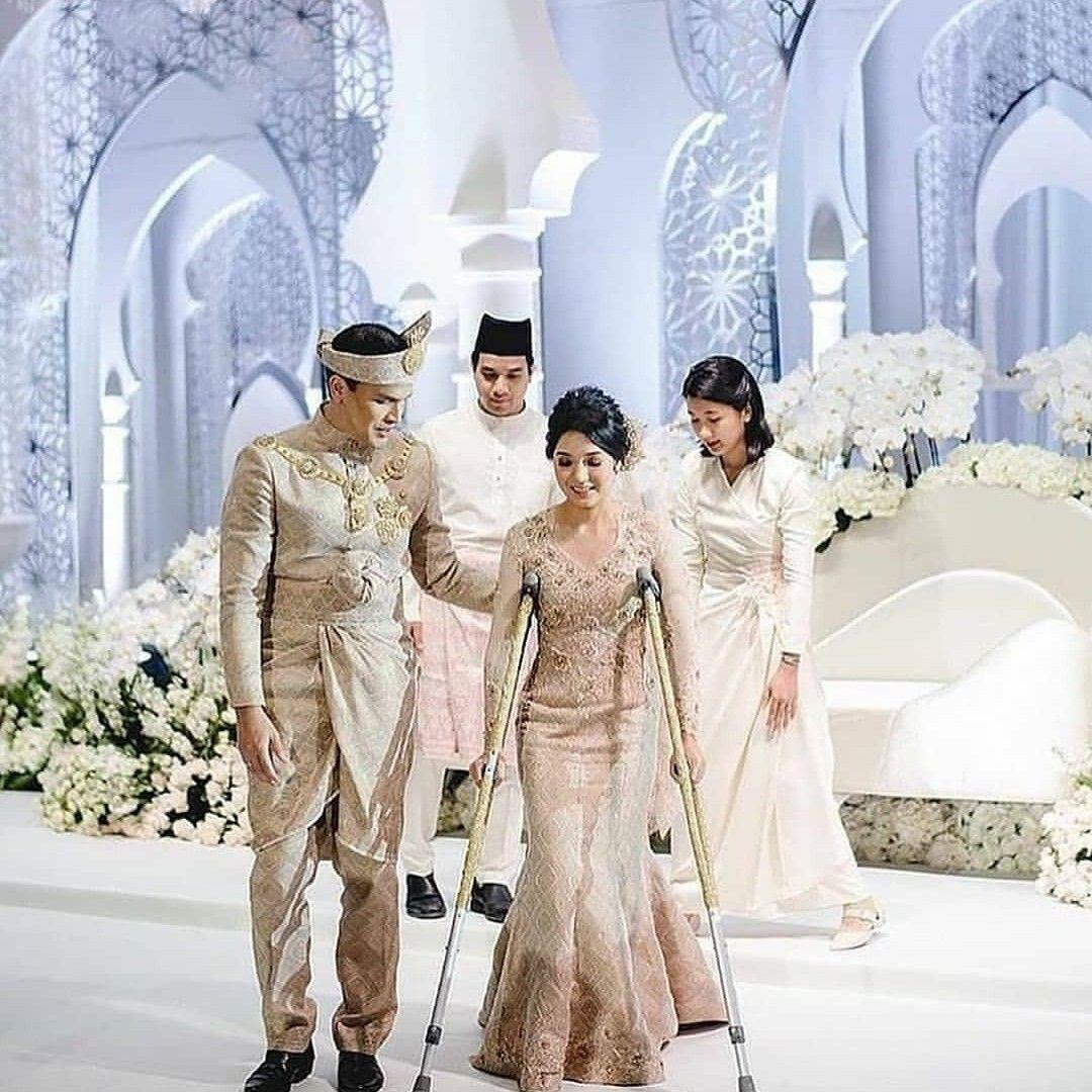 Doktor Amirul Ariff Siti Naqiah 5hari Sebelum Wedding Receptionnya Kemarin Dia Cedera Pada Kakiny In 2020 Bridesmaid Dresses Wedding Dresses Wedding Videos