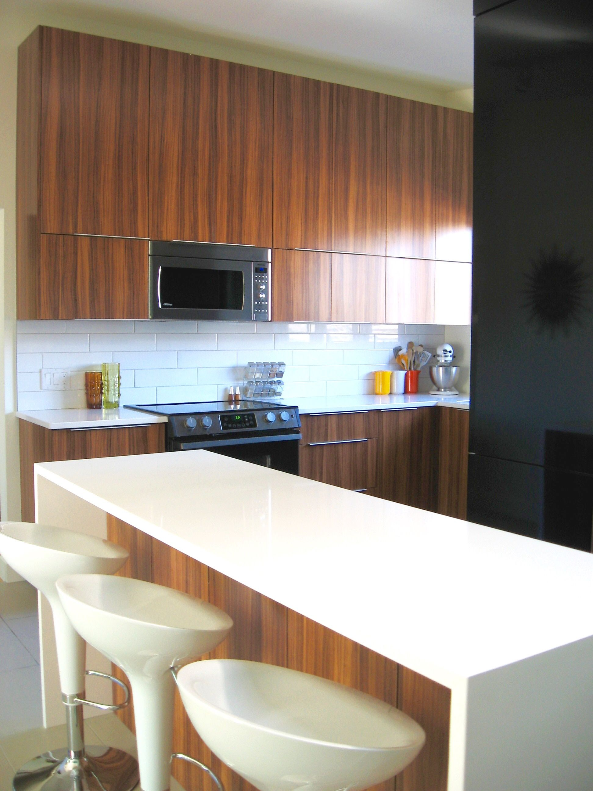 cuisine en stratifi avec comptoir de quartz blanc. Black Bedroom Furniture Sets. Home Design Ideas