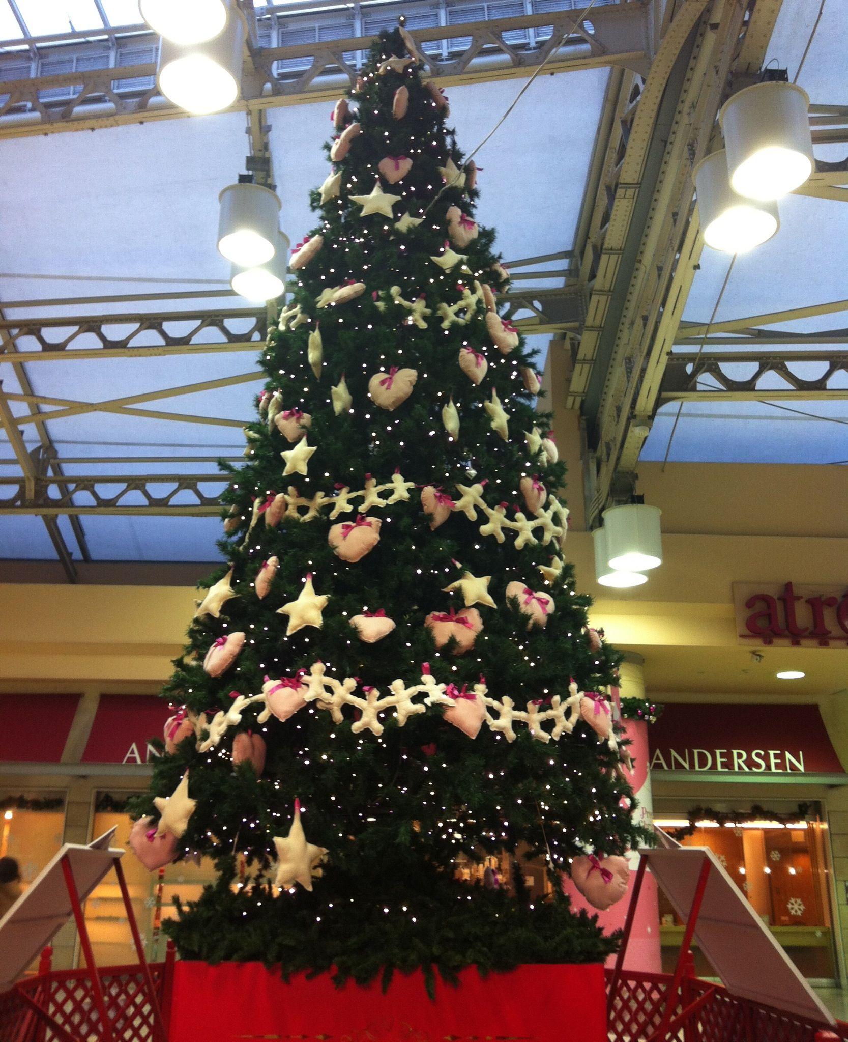 Le projet de décoration de Noël. Par Grand-mère de nord-est (Tohoku-Granma) . À la gare d'Ueno au Japon.