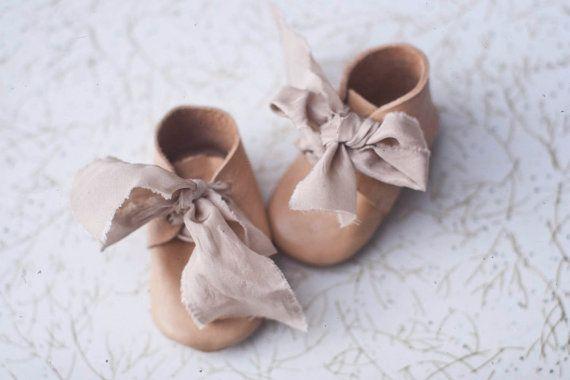 Bottes de cuir à la main pour bébés 100 % cuir Ruban en soie Couleurs de cuir: Beige et gris Ruban de couleurs: crème, Français bleu et gris argenté Tailles: 0-3 mois, 3-6 mois et 6-12 mois  * Que l'article est fait à la main, les variations sont naturelles et devrait être *