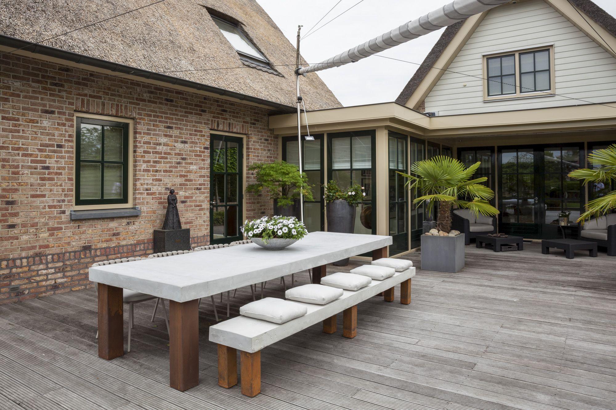 De combinatie met de strakke design meubels van borek in de tuin was