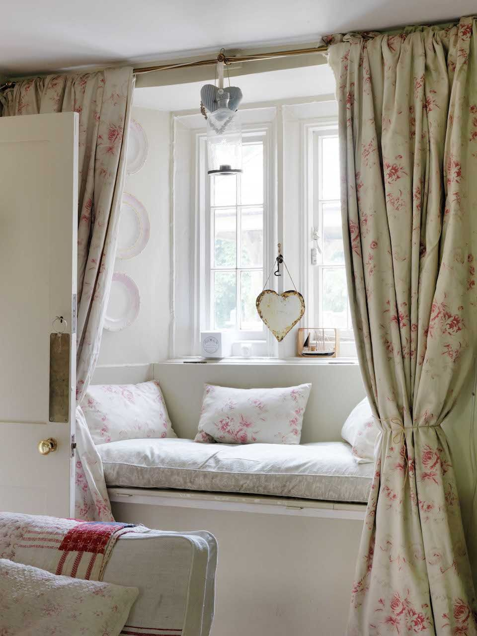 I so love window seats, we have a small bay window in our