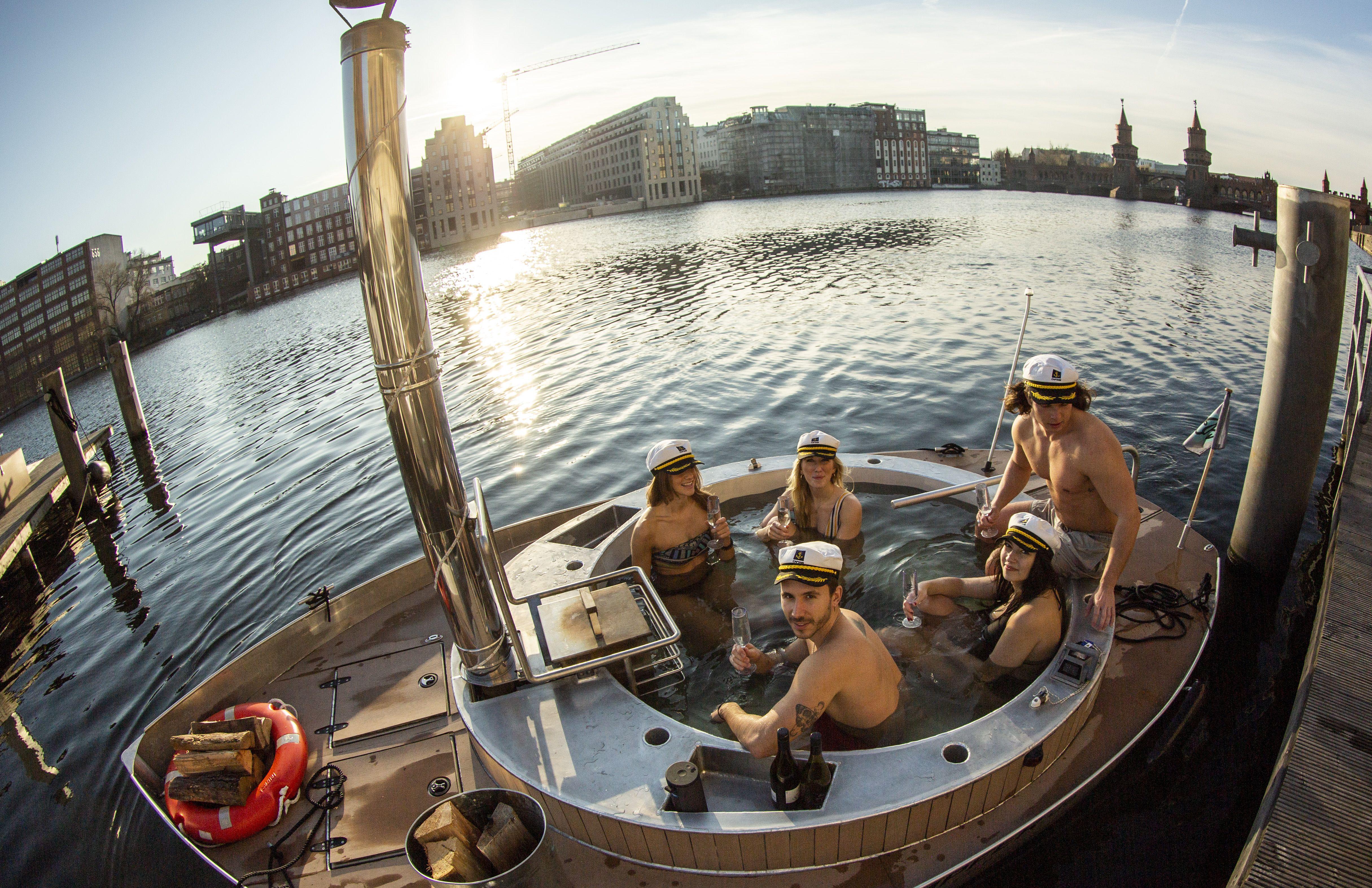 Berlins Schwimmende Badewanne Mit Holzofen In 2020 Pool Baden Restaurant Schiff