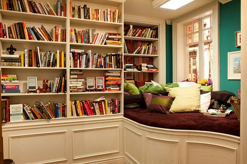 i love shelves with books on decorating