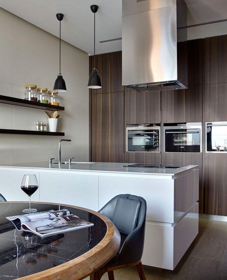 cuisine moderne, îlot de cuisine blanc laqué, table ronde en bois et
