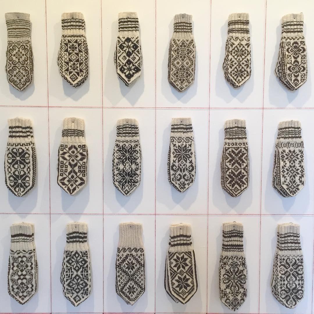 Selbuvotter -en utstilling produsert av Anne Bårdsgård, vises i Galleri N•1 på Klæbu denne og neste helg. Nær 500 votter, ingen like! #selbuvotter #klæbu #kulturuka #strikk #strikking #votter #galleri1 #annebårdsgård