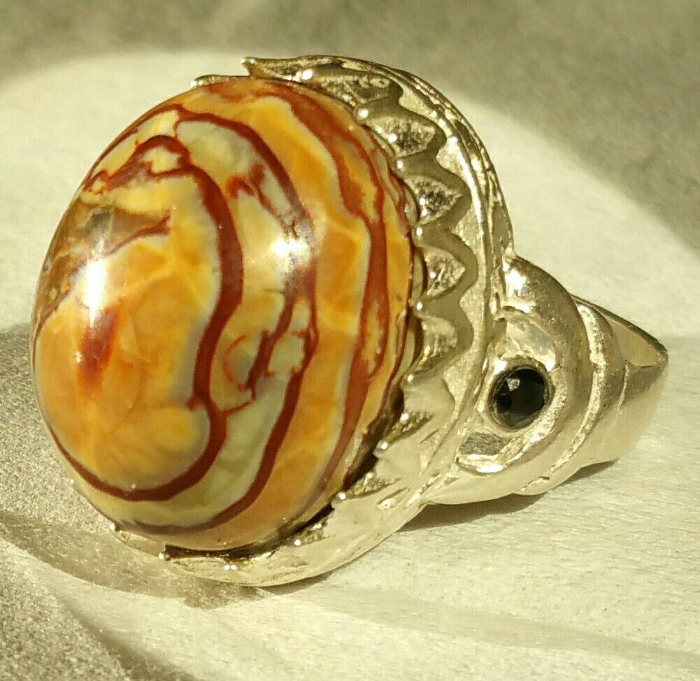 the best on agate silver rings are those which are beautyful you will gonna like it.the groups of agate stone of kings of yemeni.contact/00967730024542