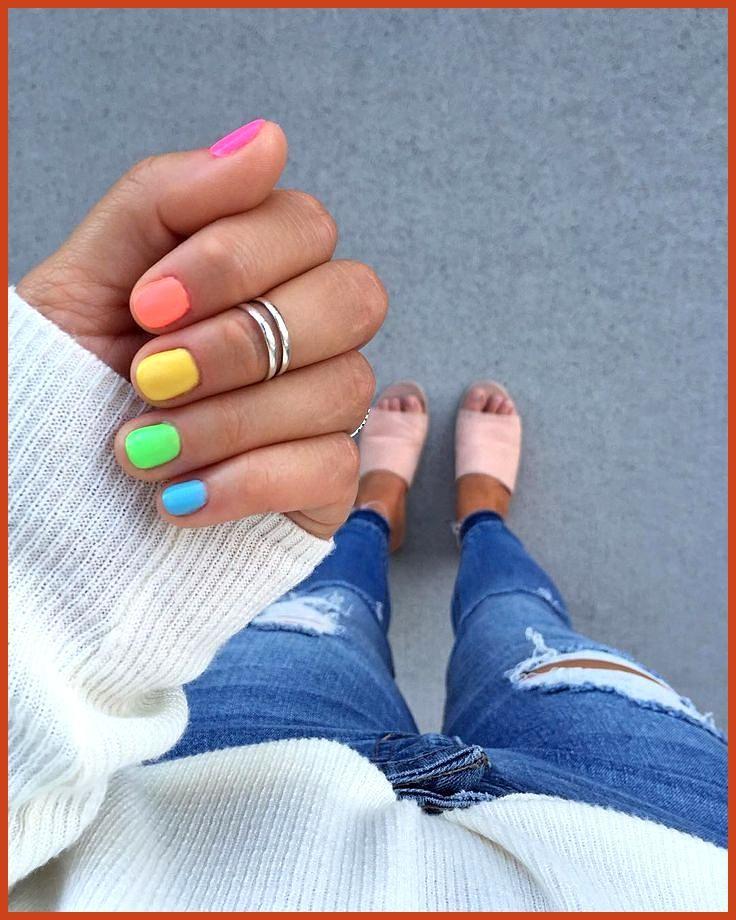 Als je niet één kleur kunt kiezen, kies je ze allemaal! 💕 De perfecte zomernagels …