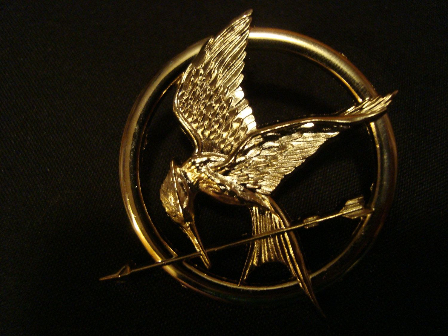 Small katniss everdeen mockingjay hunger games brooch pin 1900 hunger games gold and bronze toned katniss mockingjay pin brooch replica prop buycottarizona Gallery
