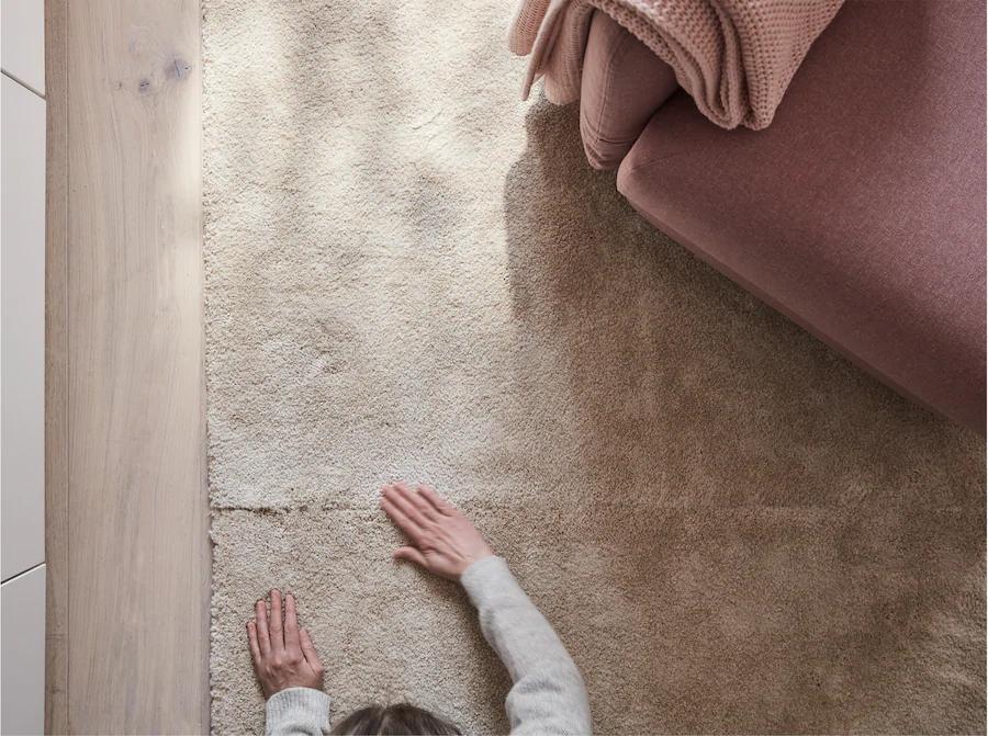 Einrichtungsidee Fur Ein Wohnzimmer In Braun Rosa In 2020 Teppichreinigung Papiertucher Teppich