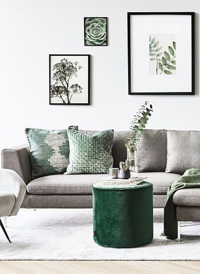 Der Samt-Hocker Sara ist DER Eye-Catcher für Dein Wohnzimmer! Egal ob als Beistelltisch für Zeitschriften & Co. oder als Sitzgelegenheit für Gäste: dieser Hocker sorgt für Gemütlichkeit und Style in Deinem Wohnzimmer. // Wohnzimmer Grün Green Samt Velvet Sofa #stueindretning