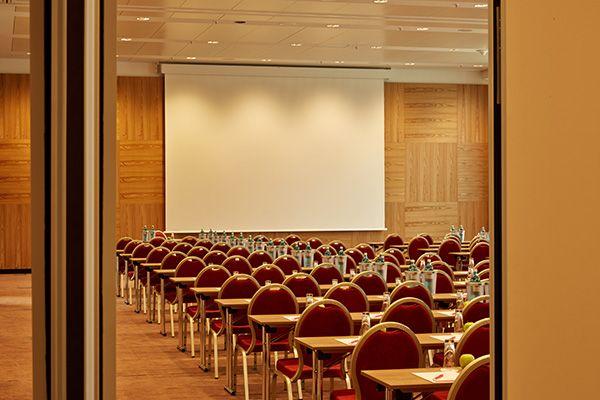 Eines Der Konferenz Seminarraume One Of The Conference And Seminar Rooms Ramada Hotel Munchen Messe Hotel Munchen Munchen Messe Hotels