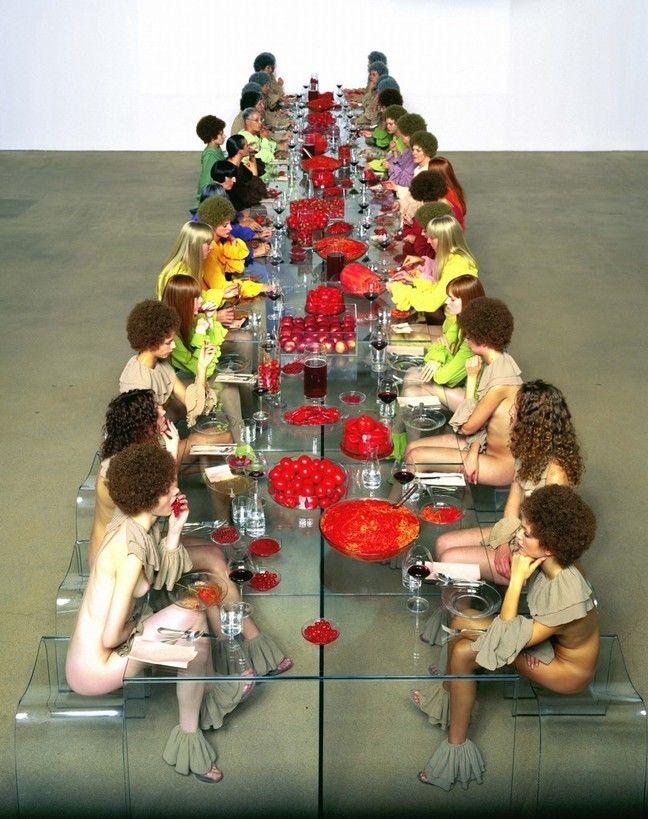 Vanessa Beecroft realiza obras de arte vivientes en las que aparecen grupos de mujeres; se exponen como la materialización del instante creativo.