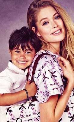 """Doutzen and Lily + their kids for """"Born free Africa"""""""