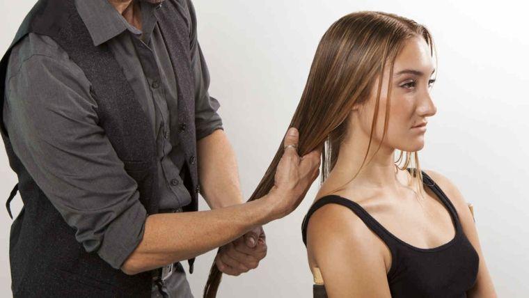 Come trattare i capelli danneggiati, parrucchiere e donna con ...