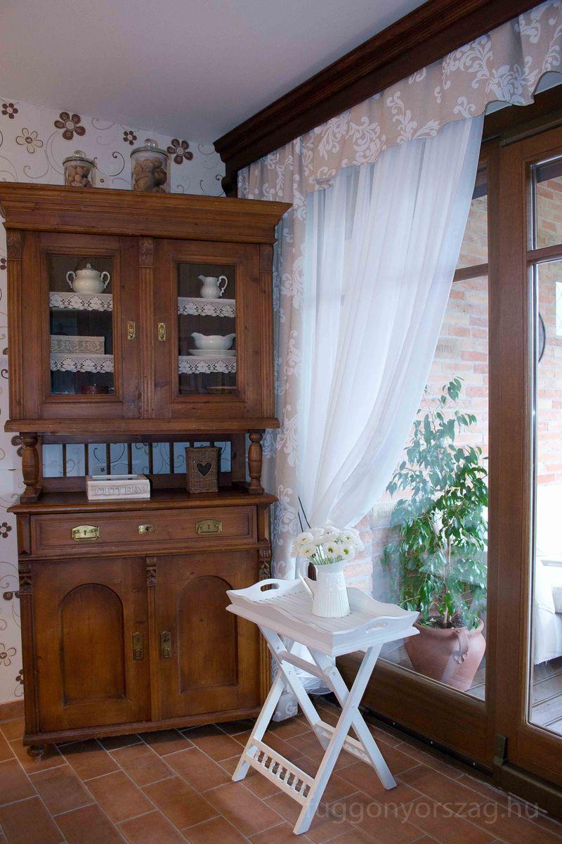 A konyhában is minden a helyén van, a függöny szépen harmonizál a bútorok stílusával