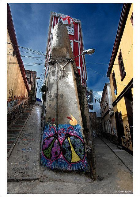 """Valparaiso, Chile.  """"Valparaíso es una ciudad surrealista, situada en el umbral que separa la vigilia del sueño. No es una ciudad """"bonita"""" en el sentido tradicional de la palabra, como aquellas modelos de la farándula que constantemente aparecen y desaparecen. Al contrario, es una ciudad-musa, cuya belleza intoxica cuando se revela sólo parcialmente. Valparaíso es como un poderoso narcótico que uno rechaza inicialmente, pero cuando atrapa, la vida jamás vuelve a ser lo que era...  ...en fin…"""