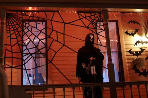 DIY Cheap Giant Spiderweb Tutorial from Lowes To make these easy - lowes halloween