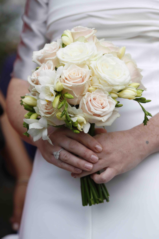 Bouquet Sposa Fresie.Bouquet Di Rose E Fresie Matrimonio Bouquet Di Rose Bouquet