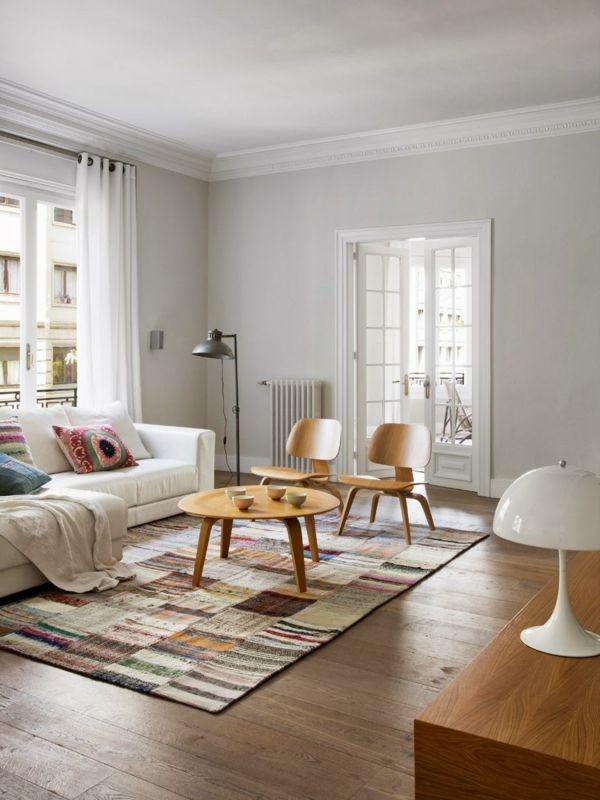 wohnzimmer skandinavischer stil runder holztisch farbiger teppich ...