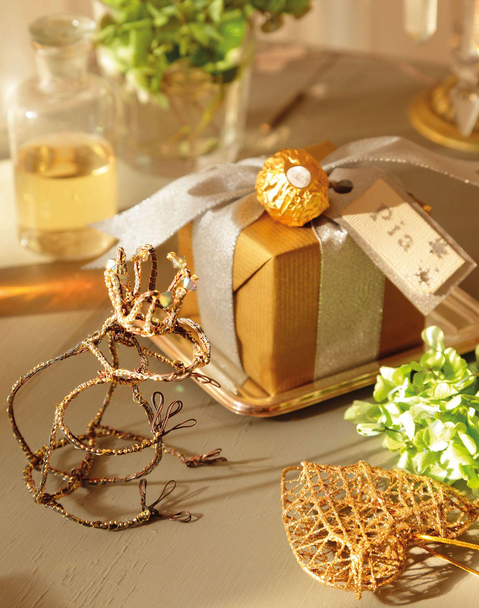 Detalle de regalo de navidad con papel dorado y decorado for Pinterest decoracion navidad