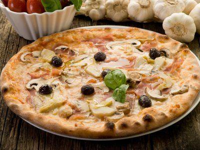 Prueba diferentes sabores en tus pizzas. A mi me encanta esta receta de Pizza con Alcachofa. POnle mucho queso y déjala en el horno hasta que se gratine para que el sabor sea aún mejor.