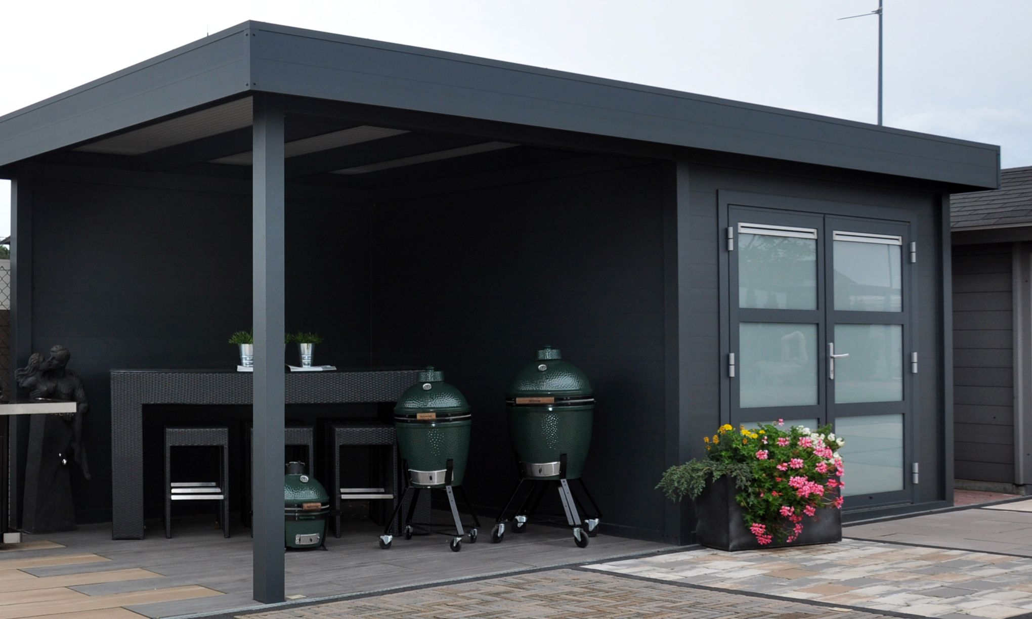modernes flachdach gartenhaus aus aluminium mit berdachter terrasse q s gartendeco. Black Bedroom Furniture Sets. Home Design Ideas