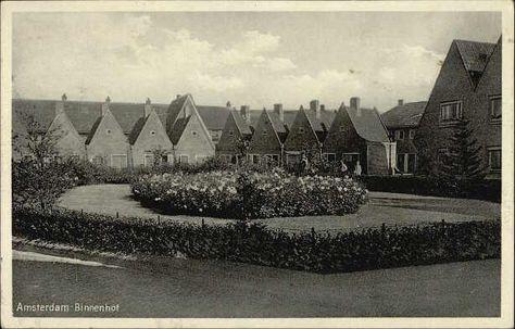 Beeldbank Prentbriefkaarten - Floradorp, Binnenhof, kleine huizen met puntdaken. De om het hof heen lopende straat heet na 1949 Binnenhofstraat.