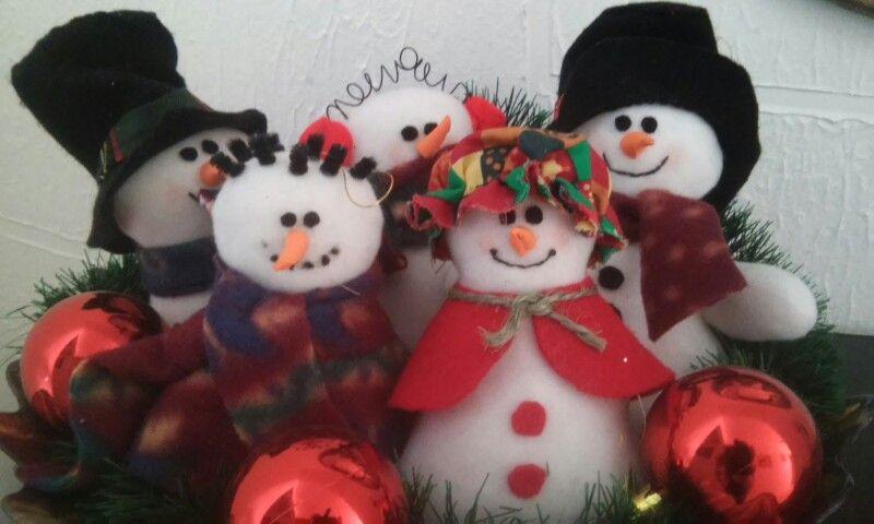 Muñecos de nieve en fieltro. Los adoro porque siempre sonrien.