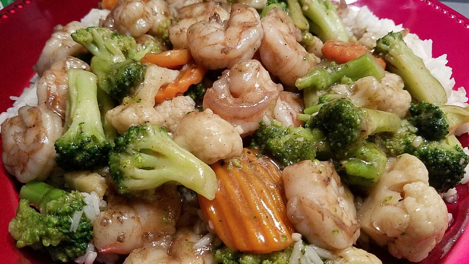 Easy summer stir fry .  Shrimp & veggie blend w/ ground ginger & minced garlic sauce.  The veggie blend are carrots, cauliflower & broccoli.  ; -  )