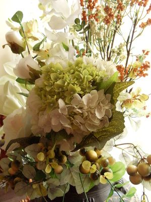 White Hydrangea Can Be Used With Traditional Or Non Traditional Fall Colors Hydrangea Not Blooming Hydrangea Flower Dried Hydrangeas
