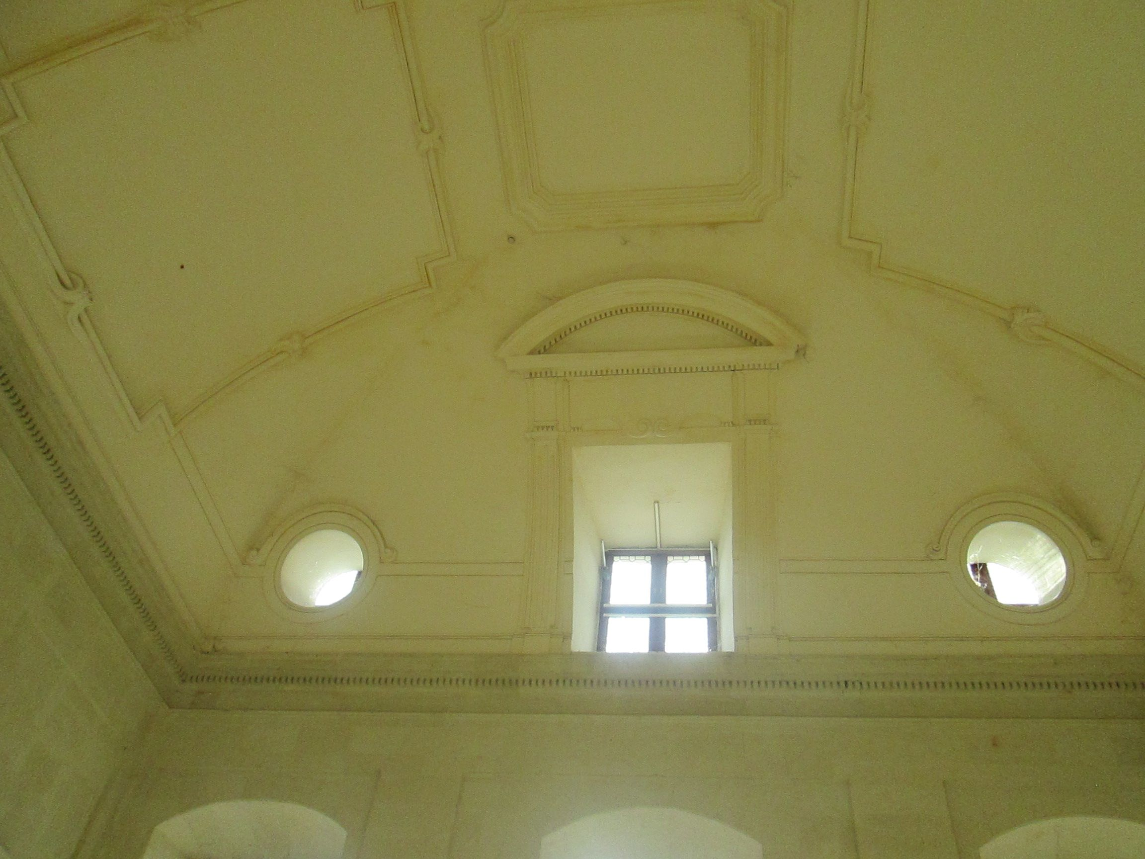 Plafond de l'escalier d'honneur du chateau de Thouars - Le château, durant la Guerre de Cent Ans, tantôt anglais, tantôt français, fut pris, repris, incendié, démoli, reconstruit, jusqu'à ce que Du Guesclin, en 1372, y mît un terme et rendît définitivement la vicomté de Thouars au royaume de France.